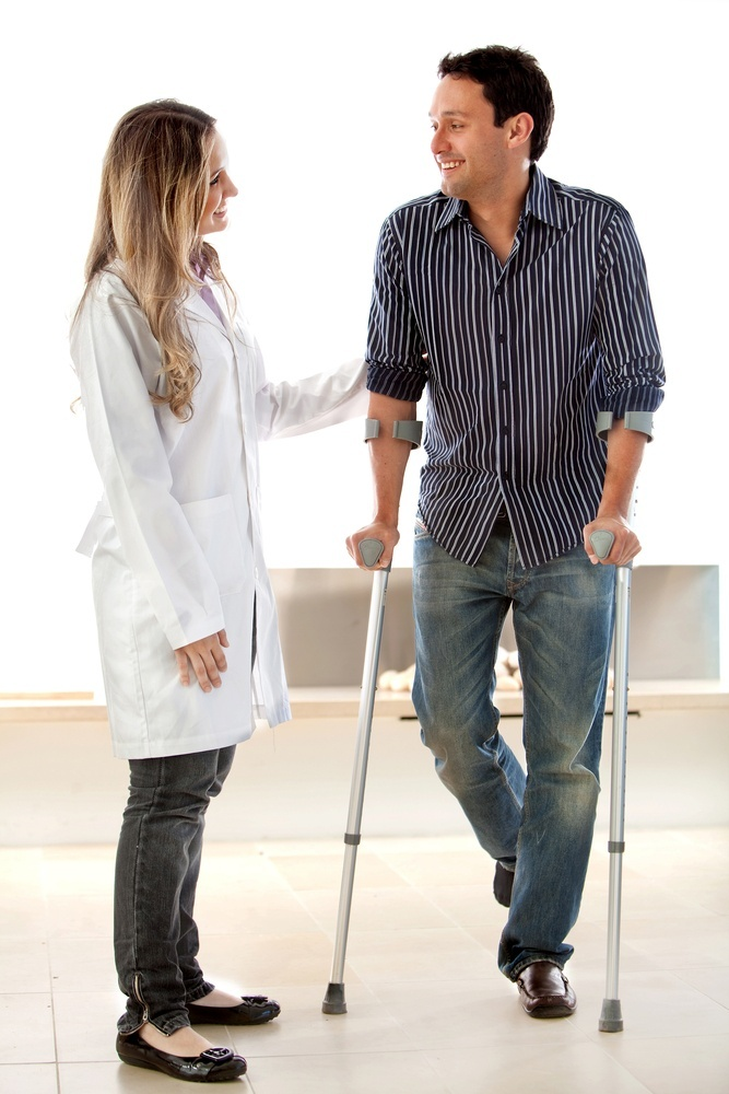 Patient in crutches talking to a doctor
